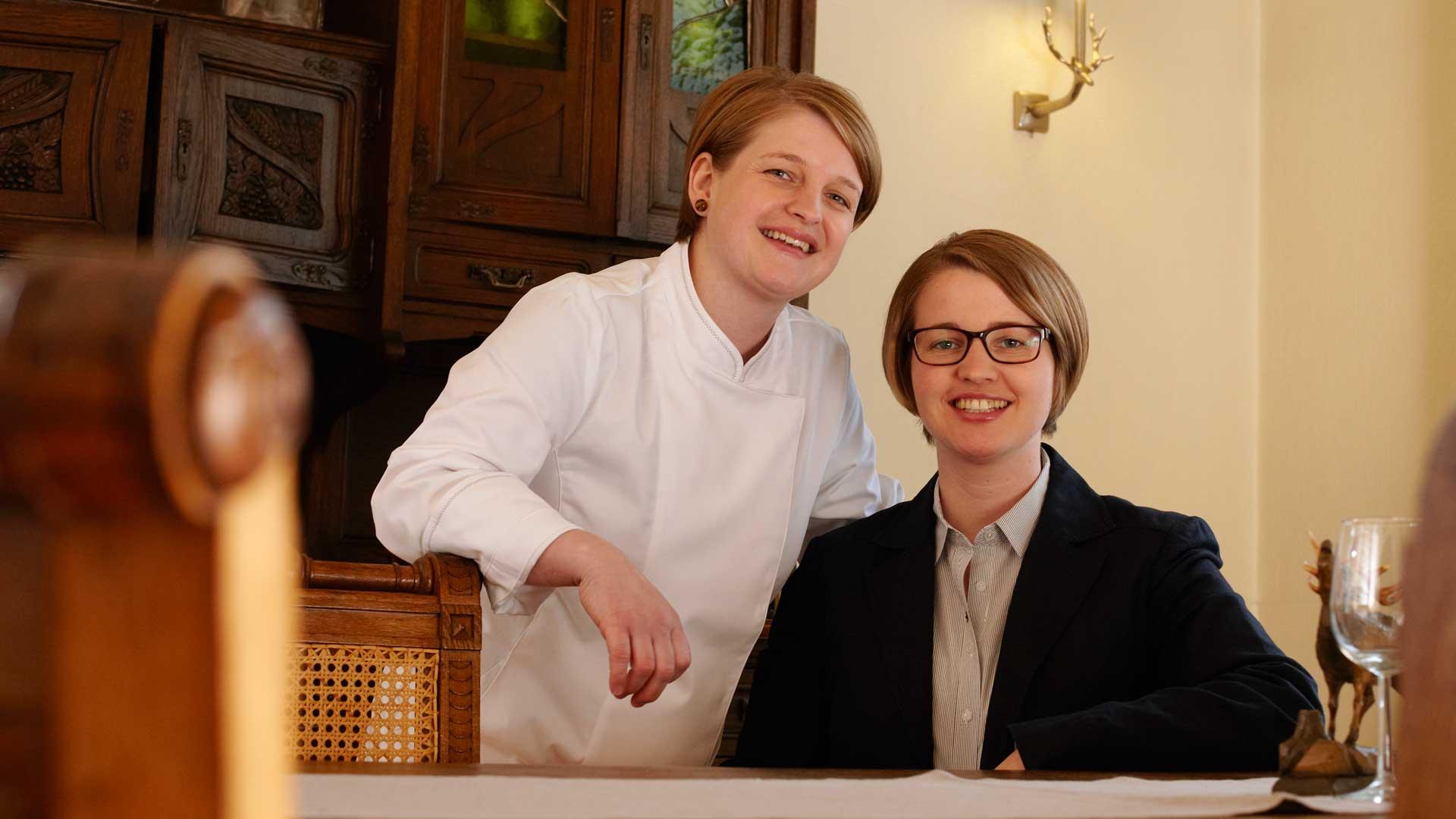 Alexandra Weißenfels-Seemer und Julia Seemer im Jagdzimmer
