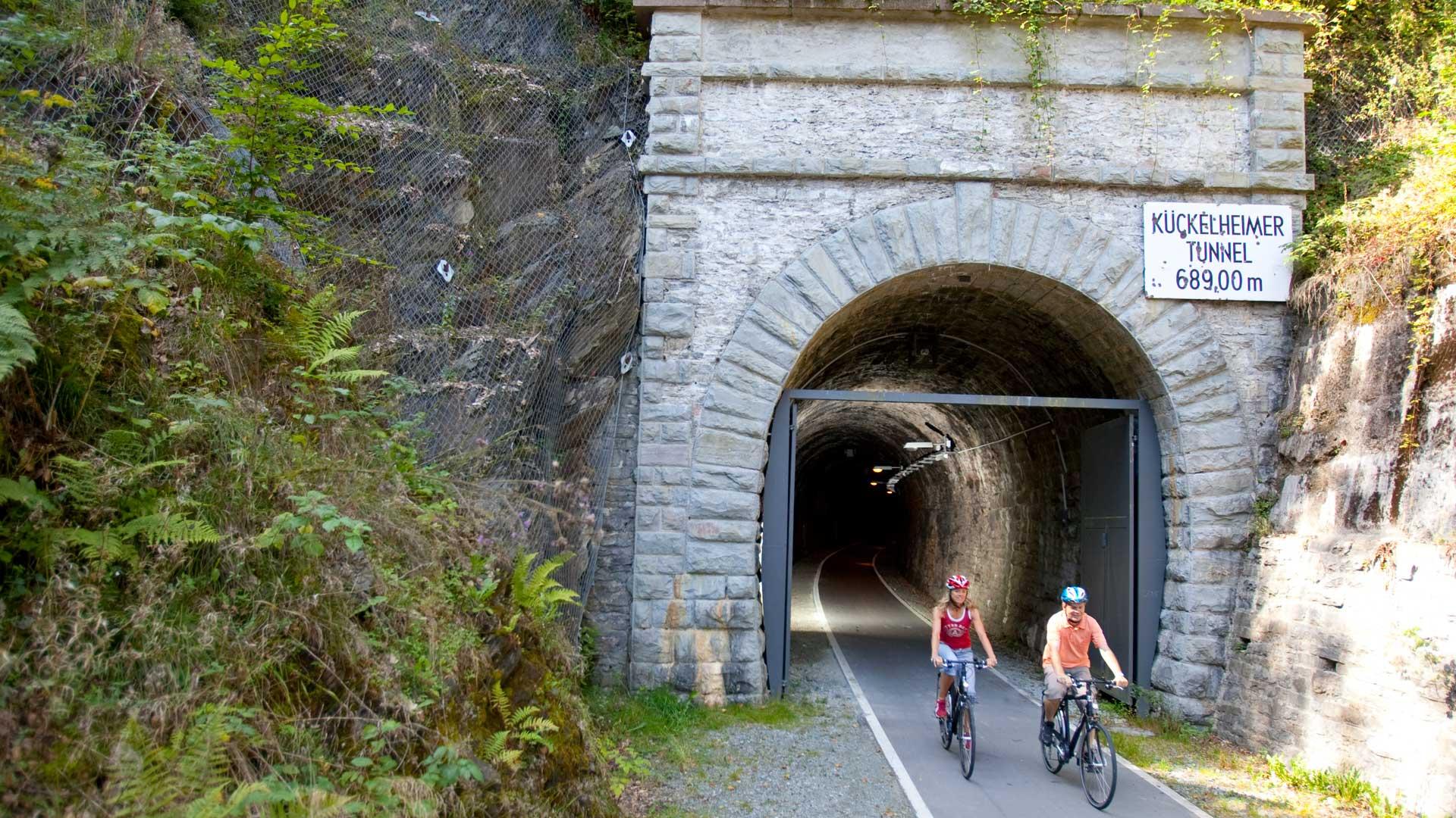 Fahrradfahren im Sauerland E-Bike Fahrrader vor dem Fledermaustunnel
