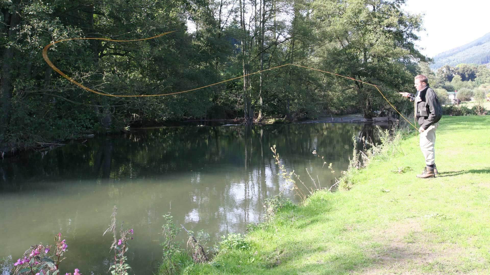 Fliegenfischen an der Wenne Ein Mann am Ufer