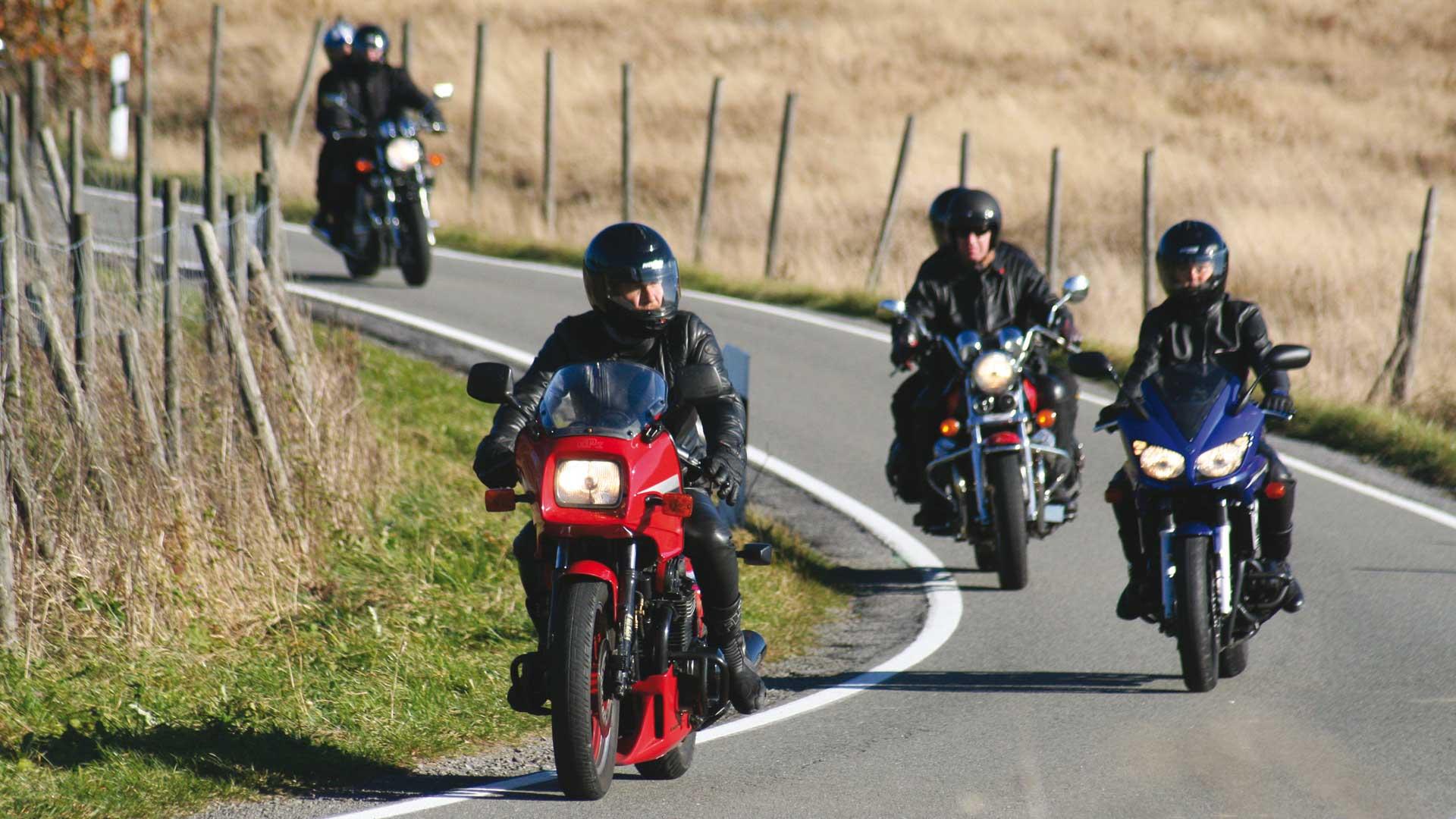 Motorradfahren im Sauerland - Motorradgruppe im Herbst
