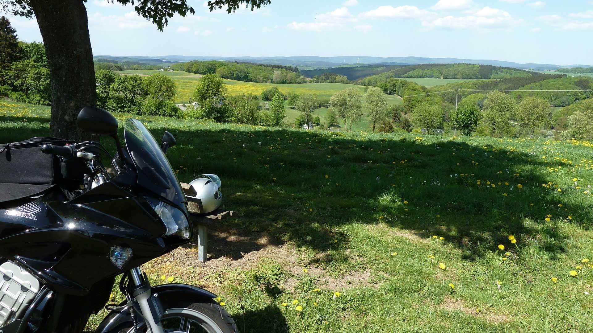 Motorradfahren im Sauerland - Motorradpause mit Ausblick