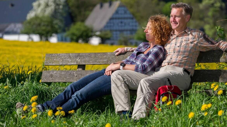 Wandern im Sauerland Paar auf der Bank